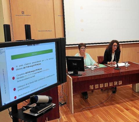 Mª Antònia Truyols (ATIB) y la consellera Catalina Cladera, este pasado jueves, en la presentación.