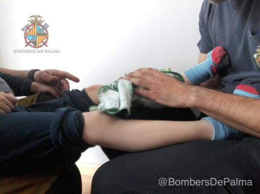 El niño atrapado en un sofá es atendido tras su liberación.