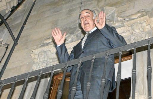 Perera, el día del registro, asomado al balcón del palacete de la calle Sant Feliu.