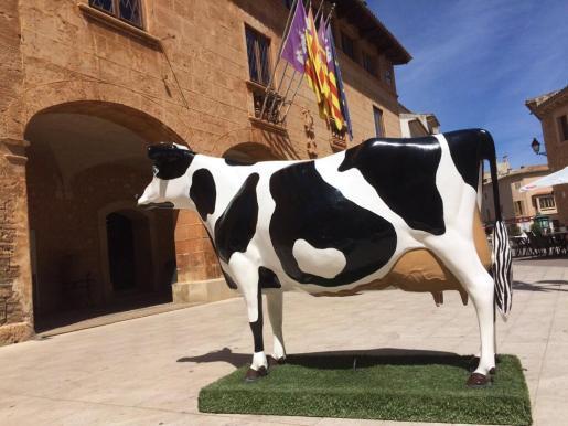 Desde hace unos días delante del Ajuntament se ha instalado una vaca de plástico.