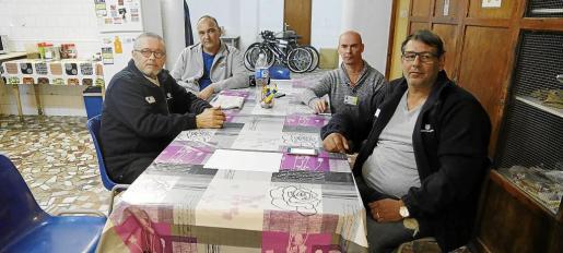 Cuatro de los siete trabajadores encerrados en el club social del Hospital Psiquiàtric.