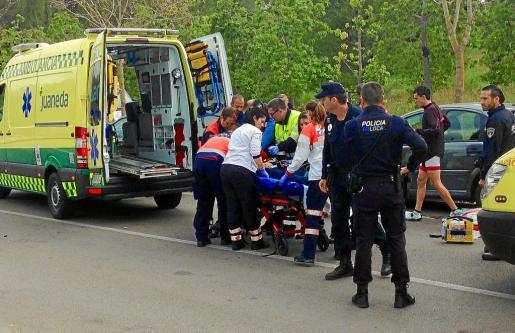Los servicios sanitarios atienden a la alumna tras ser atropellada por un taxista la semana pasada.