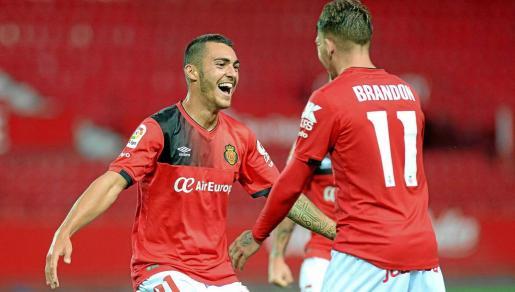 Thierry Moutinho y Brandon Thomas celebran uno de los tres goles que consiguió el Mallorca ante el Sevilla Atlético en el Pizjuán.