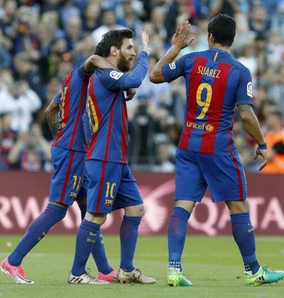 Los jugadores del FC Barcelona Neymar (i) y Suárez (d) felicitan a Leo Messi tras marcar el cuarto gol ante el Villarreal.