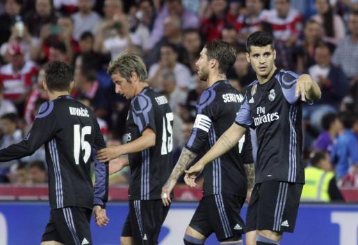 El delantero del Real Madrid Morata (d) celebra tras marcar su segundo gol ante el Granada.