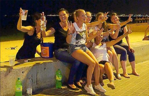 Jóvenes extranjeras practicando el botellón en la Platja de Palma.