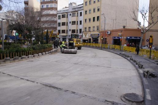 Los adoquines de la plaza Miquel Dolç requería constantes trabajos de mantenimiento.