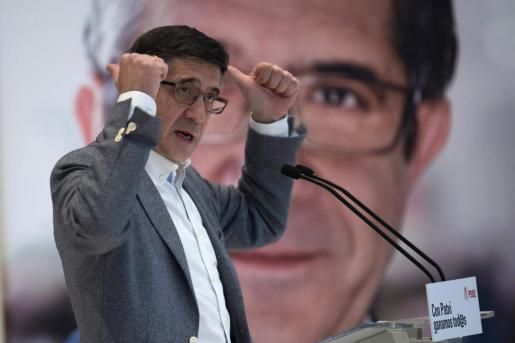 El candidato a liderar el PSOE Patxi López durante su intervención hoy en un acto público en Santander, dentro de la campaña a las primarias a la secretaría general.