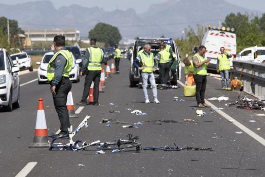 Agentes de la Guardia Civil y miembros de Emergencias en el punto kilométrico 205 de la N-332 entre las localidades de Oliva y Denia, donde una conductora ha arrollado a un grupo de seis ciclistas de un equipo de Jàvea.