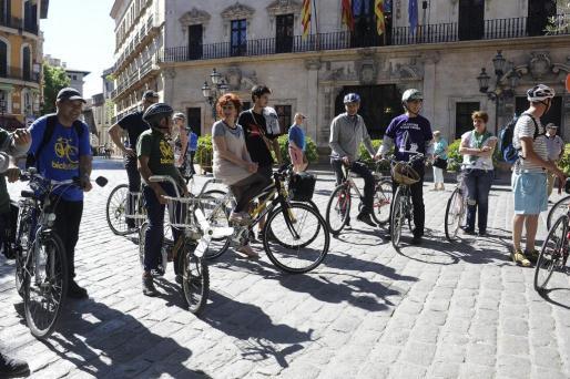 Un grupo de participantes en la Ruta en bicicleta por la Palma republicana posa al inicio del acto en la Plaça de Cort.