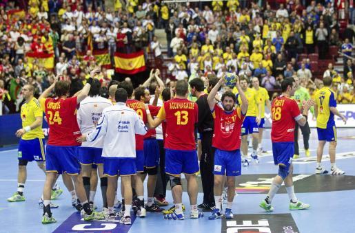 Los jugadores españoles celebran la victoria de su selección en el partido por la tercera plaza del Mundial de Balonmano de Suecia.