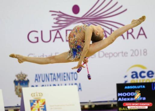 La gimnasta mallorquina, en un momento de su actuación con las mazas en Guadalajara.