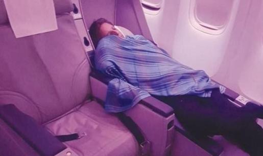 La imagen del piloto durmiendo fue captada por uno de los pasajeros.
