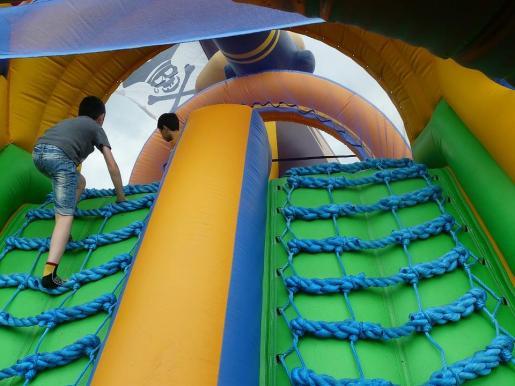 Dos niños juegan en un castillo hinchable.