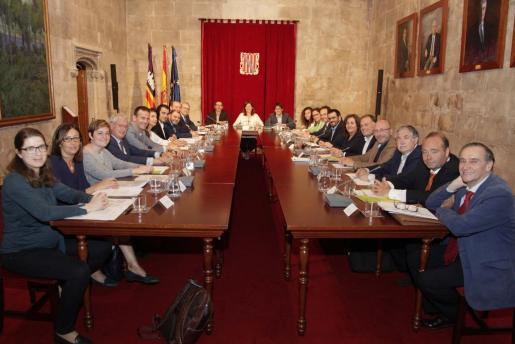 Foto de familia de los asistentes a la reunión de la Mesa de Diálogo Social, en el Consolat.