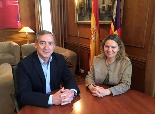 El nuevo jefe de la Demarcación de Costas en Baleares, Carlos Simarro, junto a la delegada del Gobierno en Baleares María Salom.