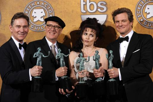 De izquierda a derecha, los actores Anthony Andrews, Geoffrey Rush, Helena Bonham Carter, y Colin Firth posan después de la ceremonia de premiación de los Screen Actors Guild Awards en el Shrine Auditorium de Los Àngeles.