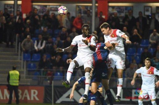 En la imagen, el defensa del Real Mallorca, Jon Ansotegi.