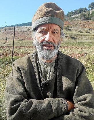 Simón Andreu, caracterizado como campesino armenio para el filme 'La promesa'. Abajo, Christian Bale y Oscar Isaac, en el filme.