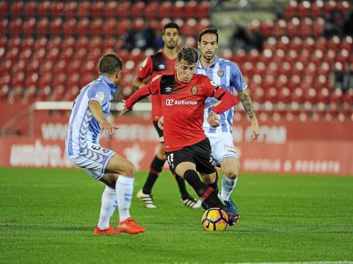 Brandon Thomas conduce un balón en el partido de ida disputado en Palma.