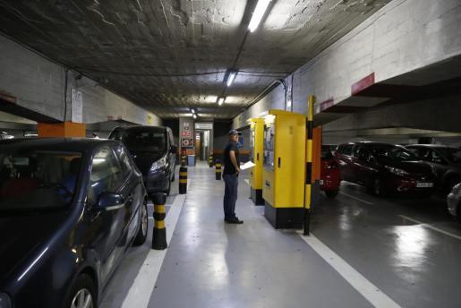 El aparcamiento no cuenta con máquinas automáticas para el pago de las tarifas en todas las plantas.