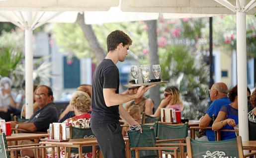 El salario medio en España es de 1.636 euros mensuales, un 0,2% menos que hace un año