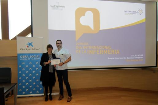 En la imagen, la directora del Área de Negocio de CaixaBanK, Dolors Feliu, entregando el primer premio a Juan Carlos Berdeal, supervisor de la UCI Neonatal de Son Espases.