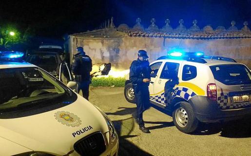 El vehículo se empotró contra la tumba y los ocupantes se dieron a la fuga.