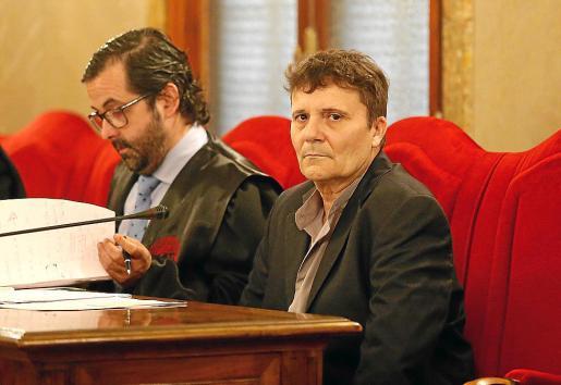 Marcos Ferragut, a la derecha, junto a su abogado, Tomeu Salas.