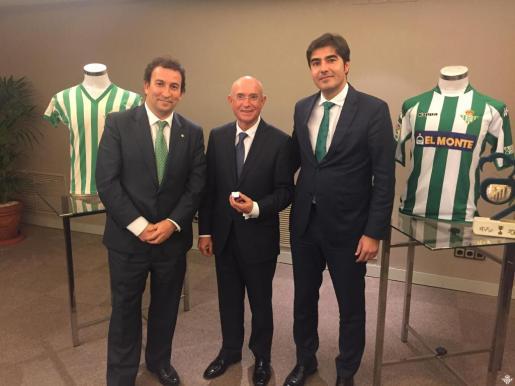 Llorenç Serra Ferrer, entre los consejeros del Real Betis, López Catalán y Ángel Haro.