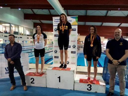 La nadadora mallorquina Melani Costa en lo más alto del podio.