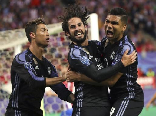 El centrocampista del Real Madrid Isco Alarcón celebra con Cristiano Ronaldo y con Casemiro su gol.