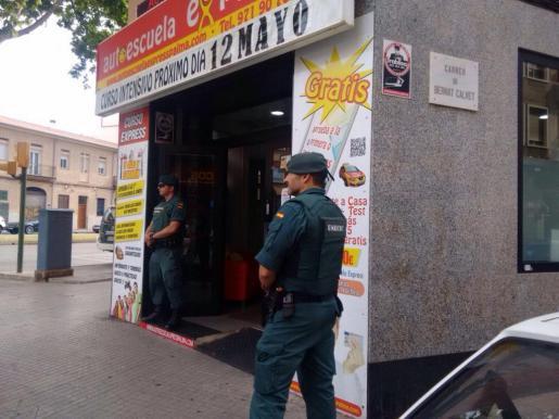 Agentes de la Guardia Civil, durante el registro de una de las autoescuelas.