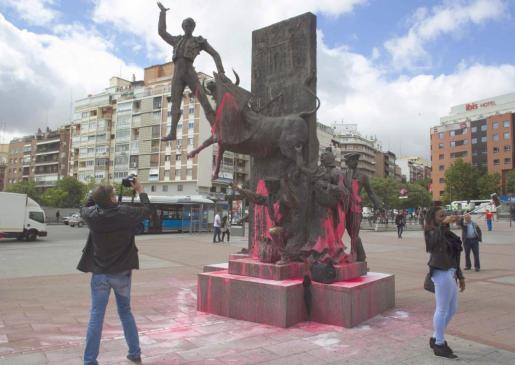 Todos los monumentos que hay en los aledaños de la plaza de toros de Las Ventas han aparecido rociados de pintura rosa.