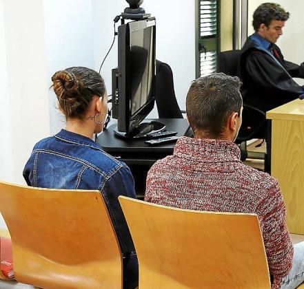 La pareja de ocupas, durante el juicio en Inca.