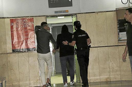 Uno de los detenidos del 'caso ORA', en los calabozos.