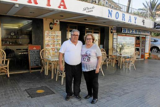 Federico, con su esposa, Francisca, ante el local de Portopí, donde trabaja desde 1968.