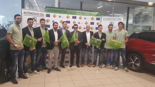 Directivos y plantilla del Palma Futsal en la previa del partido.