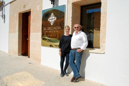 Teresa Artés de Arcos y Enric Picó son los propietarios del nuevo establecimiento, que ha sido reformado durante un año y medio, y que está situado en el centro del pueblo.