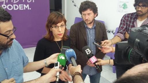 Laura Camargo y Alberto Jarabo durante una comparecencia ante los medios en la sede de Podemos Ibiza.