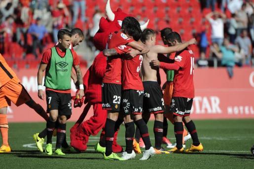 Los jugadores del Real Mallorca celebran la victoria por 1-0 ante el Elche.