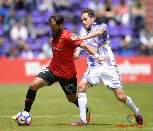 Campabadal controla un balón durante el partido en Valladolid.