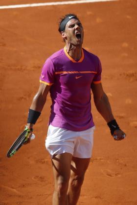 Rafael Nadal celebra su victoria ante el serbio Novak Djokovic en semifinales del Mutua Madrid Open en la Caja Mágica de Madrid.