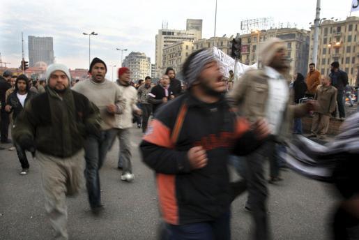 J Manifestantes egipcios permanecen en la plaza Tahrir de El Cairo.