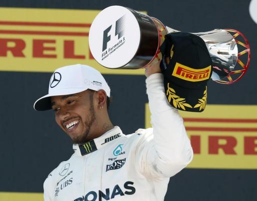 GRA258. MONTMELÓ (BARCELONA), 14/05/2017.- El piloto británico de Mercedes Lewis Hamilton en el podio tras vencer en el Gran Premio de España de Fórmula Uno que se ha disputado en el circuito de Barcelona Catalunya. EFE/Andreu Dalmau GP DE ESPAÑA DE FÓRMULA UNO