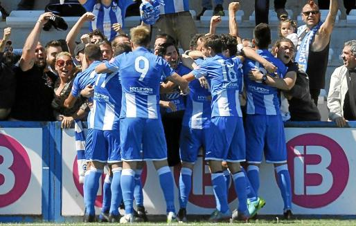 Los jugadores del Atlètic Balears celebran un gol en Son Malferit.