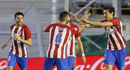 El defensa montenegrino del Atlético de Madrid Stefan Savic (d) celebra con sus compañeros el primer gol frente al Real Betis.