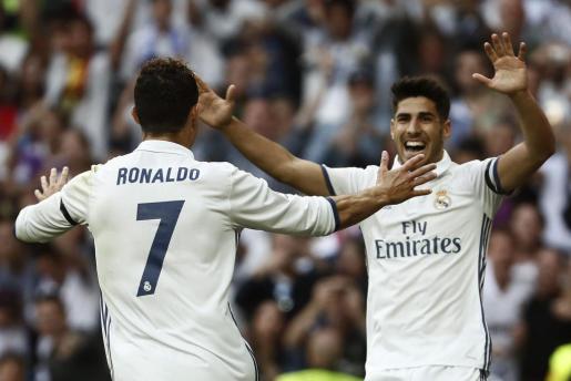 El delantero portugués del Real Madrid Cristiano Ronaldo (i) celebra su gol con Marco Asensio.