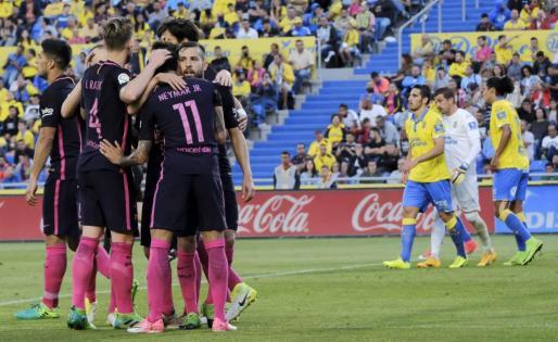 El delantero brasileño del FC Barcelona Neymar Jr (2d) celebra con sus compañeros uno de los goles marcados ante Las Palmas.