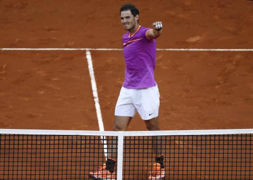 El tenista español Rafael Nadal celebra su victoria ante el austriaco Dominic Thiem, en la final del torneo Mutua Madrid Open.